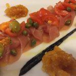 carpaccio di tonno con marmelata agli agrumi, pomodorini e caperi